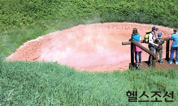 [헬스조선]캄차카 간헐천 계곡의 진흙 연못. 온도가 섭씨 70도가 넘기 때문에 발을 담갔다가는 큰 일 난다.