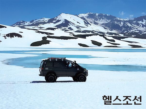 [헬스조선]빌류친스키 화산 주변의 작은 호수. 초여름 기온인데도 눈이 많다. 눈이 녹아 만들어진 에메랄드 빛 호수가 환상적이다.