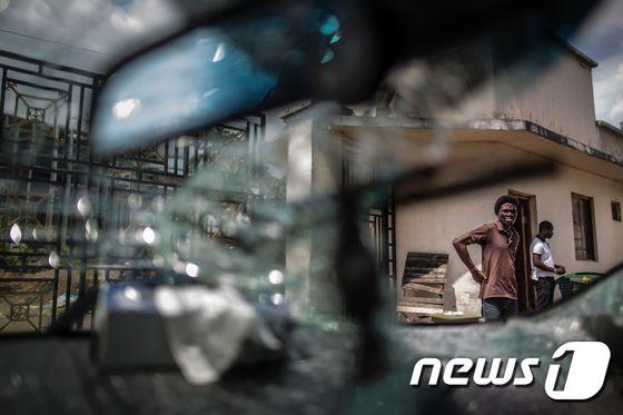 가봉 수도 리브르빌에서 정부와 대선 결과에 항의하는 시위대 간 폭력 사태가 격화되고 있다. © afp=뉴스1