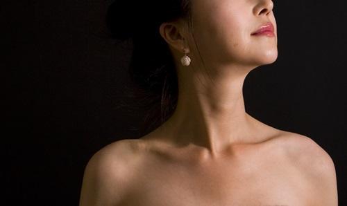 [헬스조선]목이 뻐근할 때마다 목 근육 긴장을 풀어주는 것이 중요하다. 쉽게 따라할 수 있는 뻣뻣한 목 푸는 체조를 알아본다/사진=헬스조선 DB