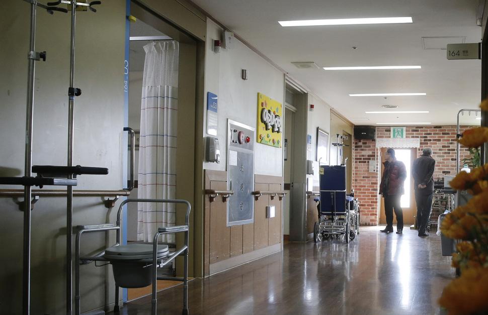 최근 암환자들에게 의학적 검증이 부족한 고가의 암치료법을 권하는 요양병원이 늘고 있다. 사진은 한 호스피스 병원의 복도 모습(이 사진은 기사와 직접적인 관련이 없음). 김명진 기자 littleprince@hani.co.kr