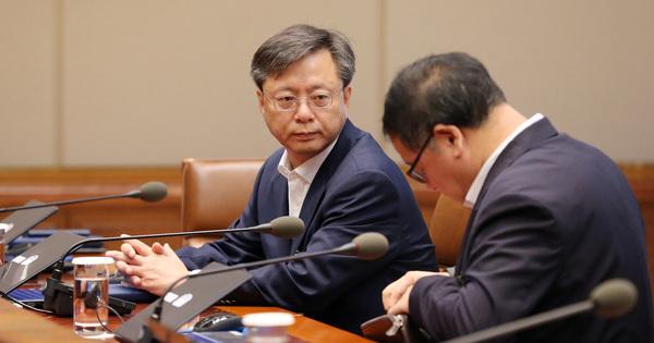 우병우 민정수석이 8월29일 오전 청와대에서 열린 수석비서관회의에 참석해 안종범 경제정책조정수석을 바라보고 있다. 청와대사진기자단