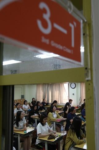 수시모집 원서 접수 전 고3 교실에선 책상에 노트북을 올려놓고 자기소개서 수정에 열중하는 학생이 많다고 한다. 지난 6월 2017학년도 수능 모의평가에 응시한 서울의 한 고등학교 3학년 학생들. 한겨레 신소영 기자