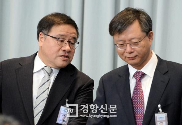 청와대 안종범 정책조정수석(왼쪽)과 우병우 민정수석이 11일 청와대에서 박근혜 대통령 주재로 열린 영상국무회의가 시작되기 전 나란히 앉아 이야기를 나누고 있다.  서성일 기자 centing@kyunghyang.com