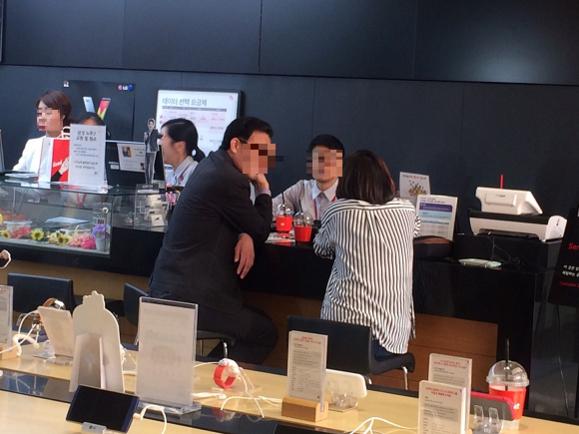 10월 13일 서울 광화문 KT스퀘어를 방문한 고객들이 갤럭시노트7의 환불 절차에 대해 문의하고 있다. / 전준범 기자