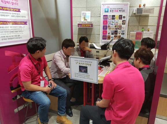 10월 13일 신촌 일대 LG유플러스 직영점의 직원들이 갤럭시노트7 교환·환불 정책에 대한 논의를 하고 있다. / 심민관 기자