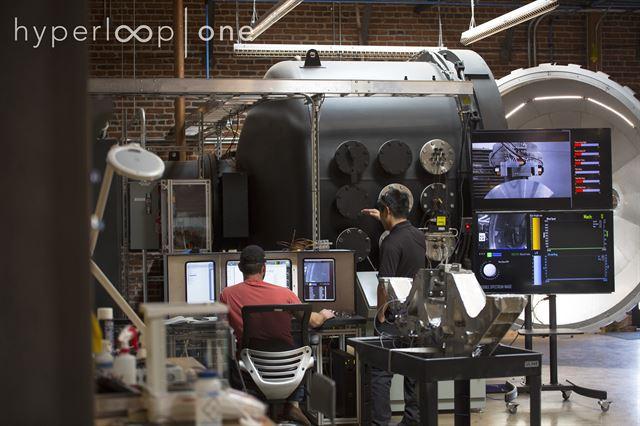 미국 기업 하이퍼루프원에서 직원들이 미래형 초고속 열차 '하이퍼루프' 개발에 몰두하고 있다. 하이퍼루프원 제공