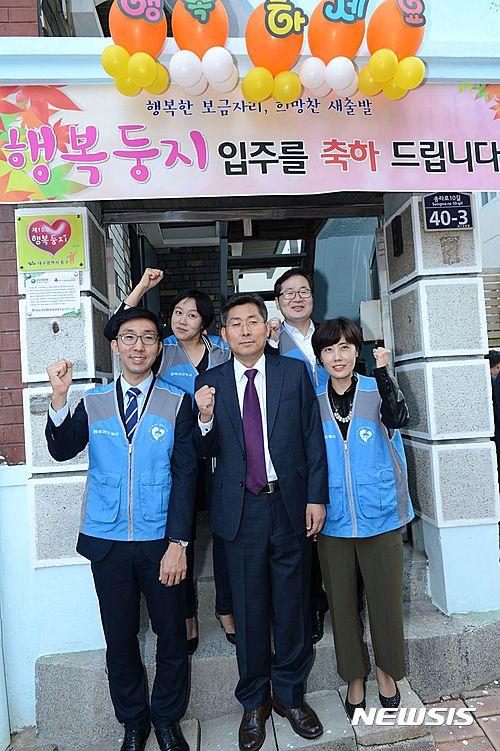 【서울=뉴시스】 한국가스공사 직원들이 행복둥지 10호가구 앞에서 기념촬영을 하고 있다.