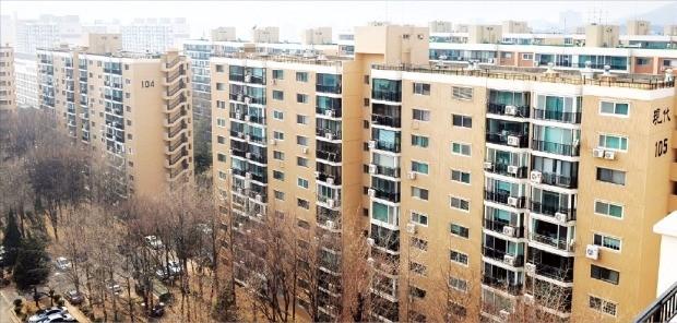 서울 압구정동 주민들이 최고 35층 제한 등의 내용을 담은 서울시 지구단위계획안에 대한 반대 의견을 서울시에 제출하면서 압구정동 재건축 사업이 표류할 가능성이 높아지고 있다. 한경DB
