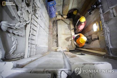 지난 26일(현지시간) 예루살렘 성묘교회에서 복원 전문가들이 예수 묘지의 대리석판 제거 작업을 하는 모습 [AP=연합뉴스]
