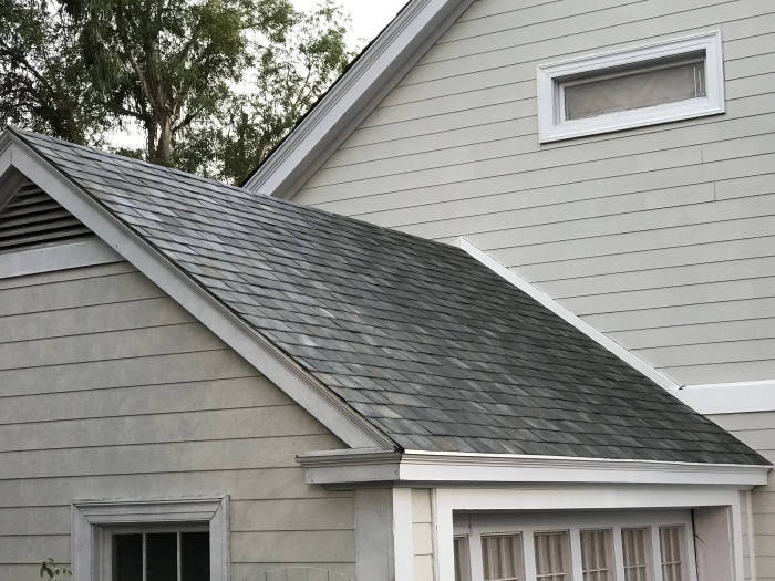 테슬라가 공개한 태양광 지붕. 유리 타일로 이뤄졌다.