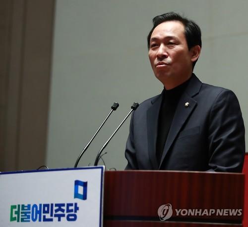 의총 발언하는 우상호       (서울=연합뉴스) 홍해인 기자 = 더불어민주당 우상호 원내대표가  2일 오전 박근혜 대통령의 전격 개각과 관련한 소식이 전해진 직후 열린 의원총회에서 발언하고 있다.