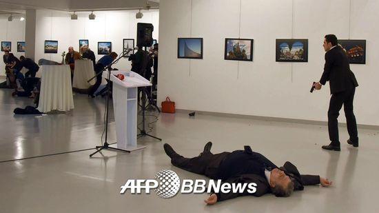 19일 안드레이 카를로프 주터키 러시아대사가 앙카라의 한 사진전시회에서 괴한의 총격을 받은 후 바닥에 쓰러져 있다. 카를로프 대사는 병원으로 옮겨졌으나 숨졌다.