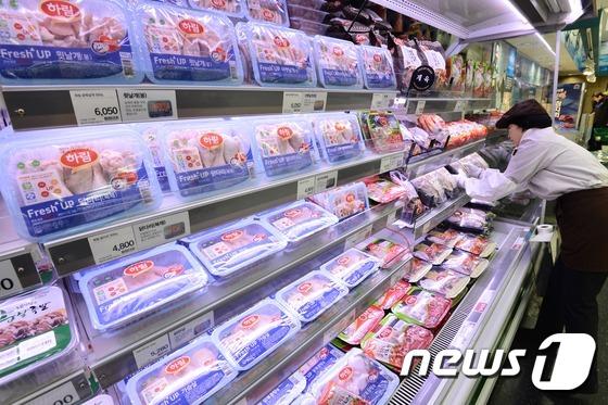 서울의 한 대형마트 정육 코너에서 마트 관계자가 닭고기 제품을 정리하고 있다.  / 뉴스1 © News1 민경석 기자