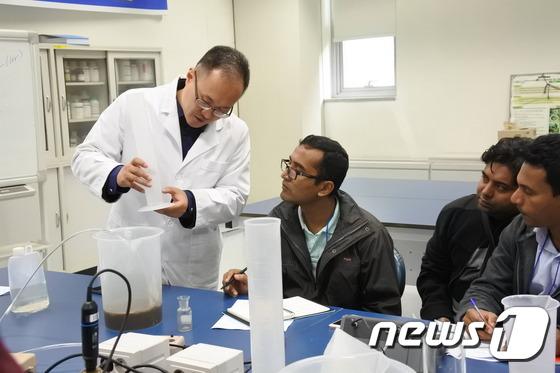 방글라데시 등 남아시아 8개국 상하수도 전문가 과정 교육생들이 하수처리 공법 기술 교육에 참여한 모습. (한국수자원공사 제공) © News1