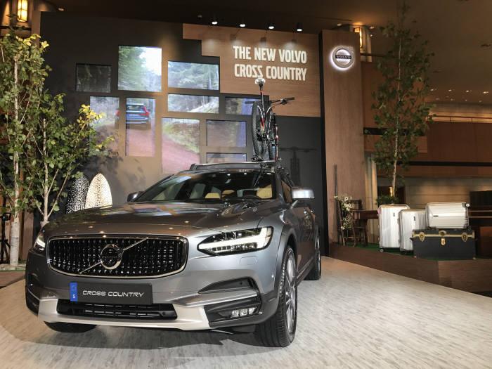 볼보차코리아(대표 이윤모)는 21일 서울 장충동 신라호텔에서 준대형 크로스오버차량 'V90 CC'를 국내시장에 출시했다.
