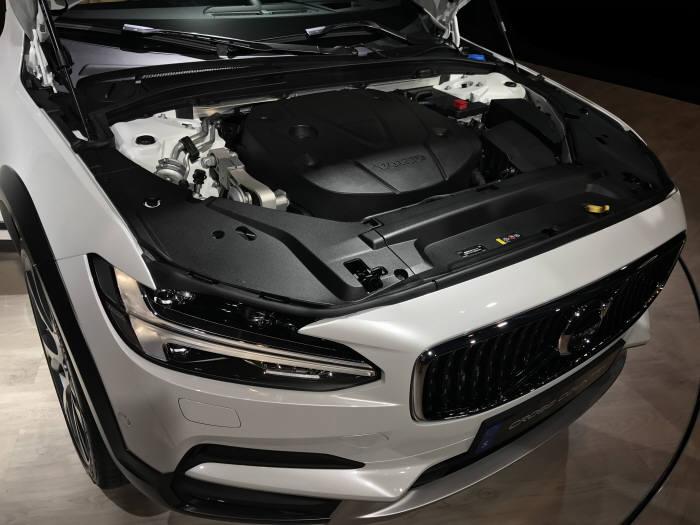 볼보자동차 준대형 크로스오버차량 V90 크로스컨트리 엔진룸