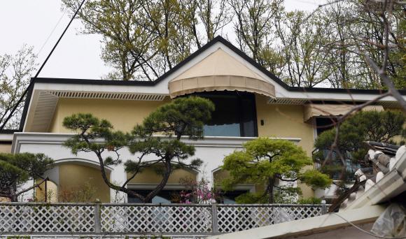 - 뇌물수수 혐의 등으로 구속된 박근혜 전 대통령이 삼성동 자택을 매각하고 서초구 내곡동에 새 자택을 마련한 것으로 확인된 가운데 21일 전경 모습. 2017. 4. 21. 박윤슬 기자 seul@seoul.co.kr