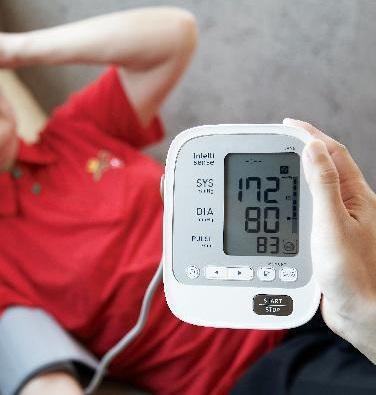 [헬스조선]고혈압 환자는 나트륨 섭취를 줄이고, 가정혈압을 측정하고, 임의로 약을 끊지 말아야 한다/사진=조선일보 DB