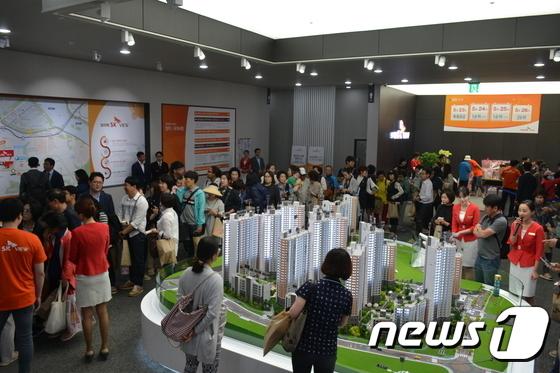 19일 SK건설이 분양한 '보라매 SK뷰' 모델하우스 내부를 가득 채운 방문객들의 모습(제공=SK건설)© News1