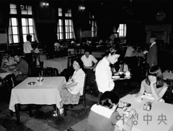 당시 무도회장을 방불케 하며 화려함을 자랑했던 서울역그릴 내부. 높은 천장과 넓은 면적은 서양식 레스토랑의 위엄을 보여주었다.