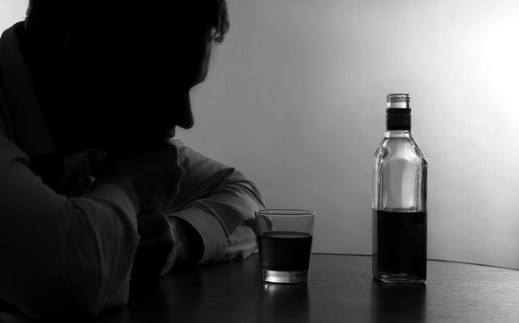 [health chosun]알코올 중독은 외로움을 오히려 가중시키고 몸의 병을 초래할 수 있는 무서운 질환이다/사진=다사랑중앙병원 제공