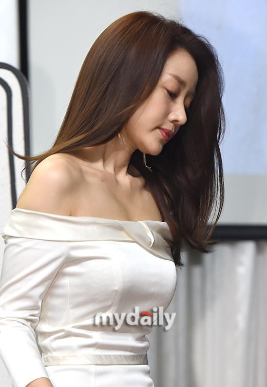 [MD포커스] '아들 학교폭력 논란' 윤손하, 드라마 하차 여론 확산 #마이데일리