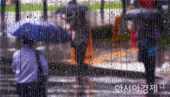 쏟아지는 빗속에서 우산을 쓰고 가는 시민들(사진=아시아경제 DB)