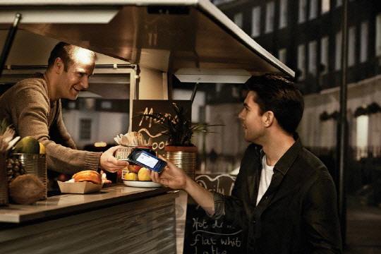 한 식당에서 소비자가 삼성페이로 음식값을 지불하고 있다./사진제공=삼성전자