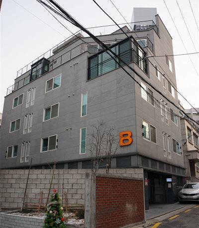 서울 강남구 신사동 가로수길에 류승범씨가 2012년 신축한 지상 5층 빌딩. /빌사남 제공