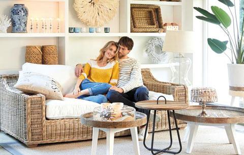 오래된 나무 고재로 만든 탁자와 덩굴성 식물 라탄으로 만든 의자로 꾸민 거실. 최근엔 이런 자연 친화적 소재로 집을 휴식 공간처럼 변화를 주는 게 유행이다. /리비에라메종