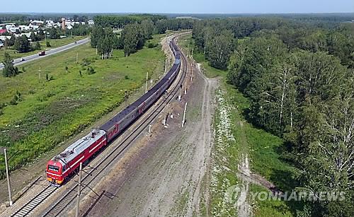 러시아 노보시비르스크 인근 철로 위로 시베리아횡단열차가 지나고 있다. [연합뉴스 자료 사진]