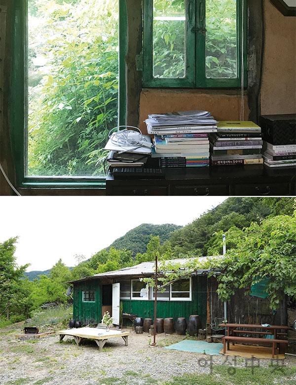 (위)_뒷문과 창에도 녹음이 가득한 방. 책과 함께 맥북이 놓인 시골집 풍경이 재밌다. (아래)_흙집은 사방이 산으로 둘러싸여 있다.