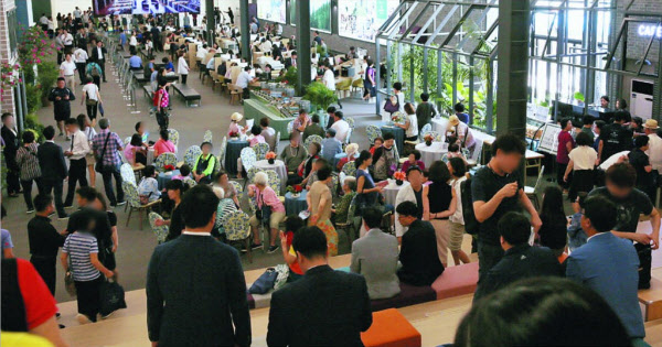 지난 12일 경기도 남양주시 도농동 '두산 알프하임' 모델하우스를 찾은 방문객들이 앉아서 쉬고 있다. 이날 1만2000명을 비롯해 지난 11일부터 사흘간 3만4000여명이 이 모델하우스를 찾았다./알비디케이