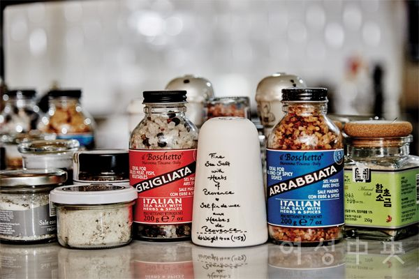 에릭정 셰프의 관심 재료인 소금. 지역, 가공법에 따라 다른 다양한 소금을 경험하고 음식에 응용한다.