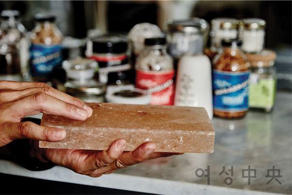 달군 후 생선이나 기타 음식을 올려 내는 솔트플레이트는 프랑스 요리에서 쓰는 재료다. 씻어 말려 여러 번 쓸 수 있다.
