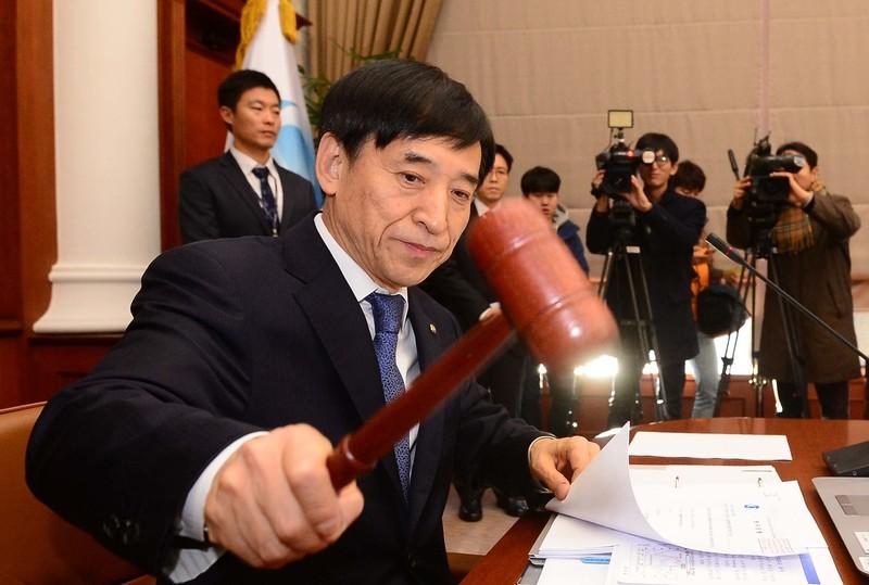 이주열 한국은행 총재가 15일 서울 중구 한국은행에서 열린 금융통화위원회 본회의에서 의사봉을 두드리고 있다./백소아 기자 sharp2046@