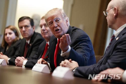 【워싱턴=AP/뉴시스】도널드 트럼프 미 대통령이 1일(현지시간) 백악관에서 미 철강 및 알루미늄 기업 최고경영진들과 만나고 있다. 트럼프 대통령은 이날 다음주 중 수입 철강에 25%, 수입 알루미늄에 10%의 관세 부과를 발표할 것이라고 밝혔다. 2018.3.2