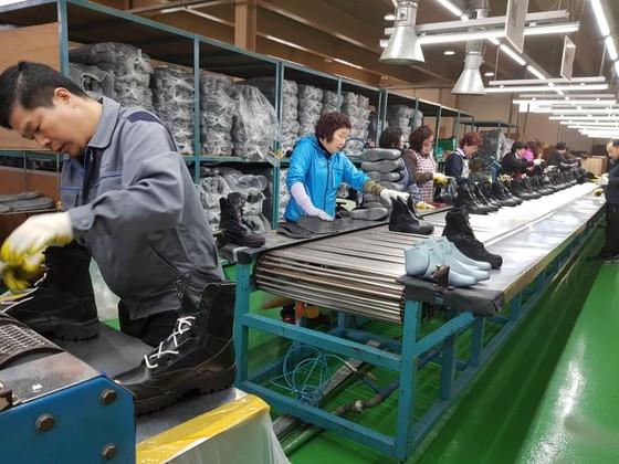 22년 만에 중국 공장을 철수하고 부산에 돌아온 트렉스타가 자체 브랜드 신발 생산에 한창이다. 이은지 기자