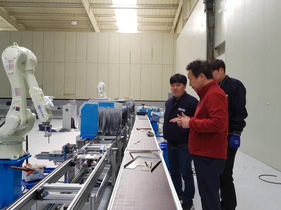 트렉스타 박성원 상무이사(맨 오른쪽)가 직원과 함께 오는 6월 가동되는 신발 자동화 설비를 점검하고 있다. 이은지 기자
