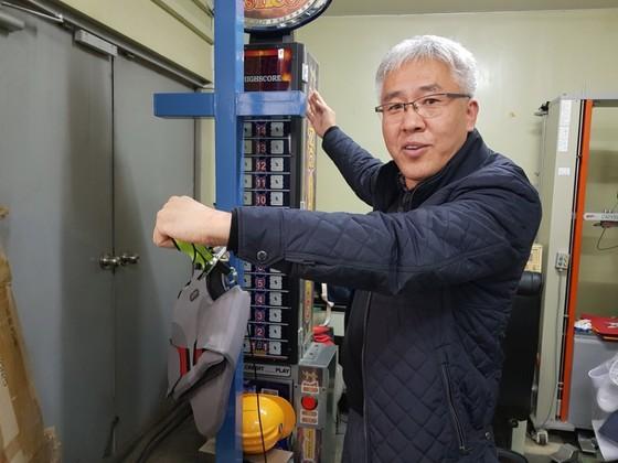 나노텍 세라믹스 정상옥 대표가 사무실 한켠에 마련된 신발 강도 실험장치를 설명하고 있다. 이은지 기자