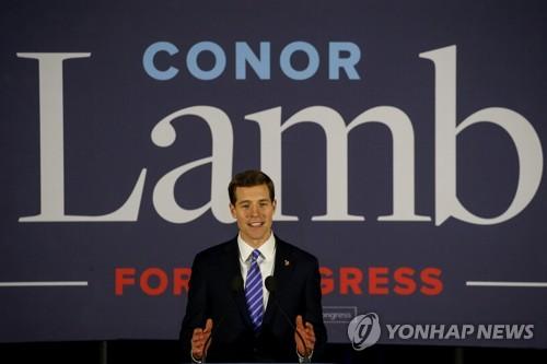 승리를 선언하는 민주당 코너 램 후보 [로이터=연합뉴스]