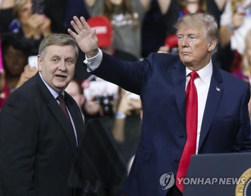 공화당 릭 서콘(왼쪽) 후보 지원유세에 나선 트럼프 대통령 [AP=연합뉴스]