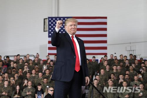 【샌디에고=AP/뉴시스】도널드 트럼프 미국 대통령이 13일(현지시간) 캘리포니아에 위치한 미라마 해병대 항공기지를 방문해 장병들에게 인사하고 있다. 2018.3.14.