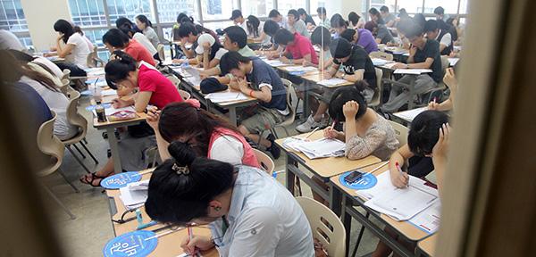ⓒ연합뉴스 청년들은 현금 지원 이외에 어학시험 지원 등도 필요하다고 말했다. 아래는 한 어학원에서 시험을 치는 청년들.