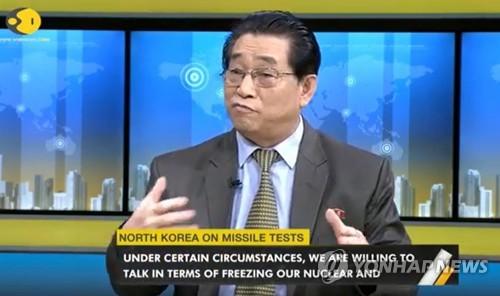 """지난해 6월 계춘영 인도 주재 북한대사가 인도 방송 위온(WION)과 인터뷰에서 """"일정한 상황에서 핵과 미사일 실험 동결 조건을 논의할 뜻이 있다""""면서 미국이 대규모 군사훈련을 중단한다면 북한도 핵·미사일 실험을 중단할 수 있다는 의견을 밝히고 있다.[연합뉴스 자료사진]"""