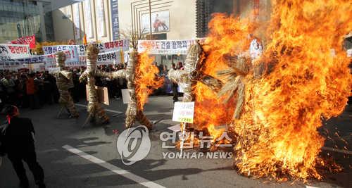 2004년 11월 충남 천안시 아라리오광장에서 열린 신행정수도 사수 범도민 궐기대회에서 '행정수도 이전 반대세력'에 대한 화형식이 진행되고 있다. [연합뉴스 자료사진]