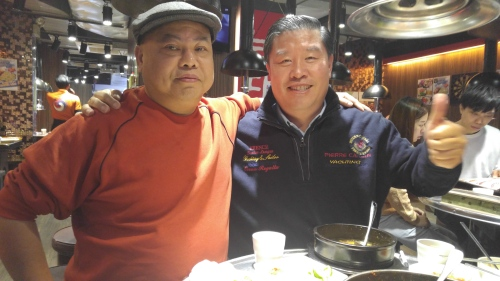 중국 투자자 Li Yin Xiang 회장과 홍콩의 한 음식점에서 기념사진을 찍고 있는 김유찬 대표. 김유찬 대표 제공