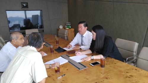 홍콩의 대표적인 랜드마크 빌딩인 ICC 내 SIBC사무실에서 대만 국적의 한 투자자와 전략회의를 하고 있는 김유찬 대표. 옆 여성은 홍콩 국적의 중국어 통역 직원이다. 김유찬 대표 제공