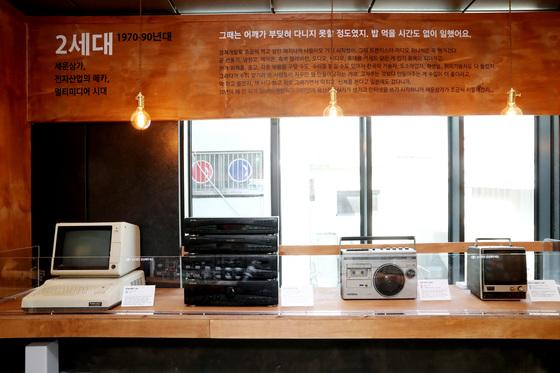 서울시가 세운상가 도시재생사업인 '다시세운 프로젝트'의 일환으로 세운전자박물관을 개관했다. 10일 서울 종로구 세운상가에 개관한 세운전자박물관을 찾은 관람객들이 전시품들을 둘러보고 있다. 이곳에는 진공관 라디오를 비롯해 3D 프린터, 원형 브라운관, 진공관 라디오 튜너 등 한국전쟁 이후부터 현재까지의 제품들이 전시됐다.세운전자박물관 운영시간은 매주 월~토요일 오전 10시~오후 7시다. 우상조 기자